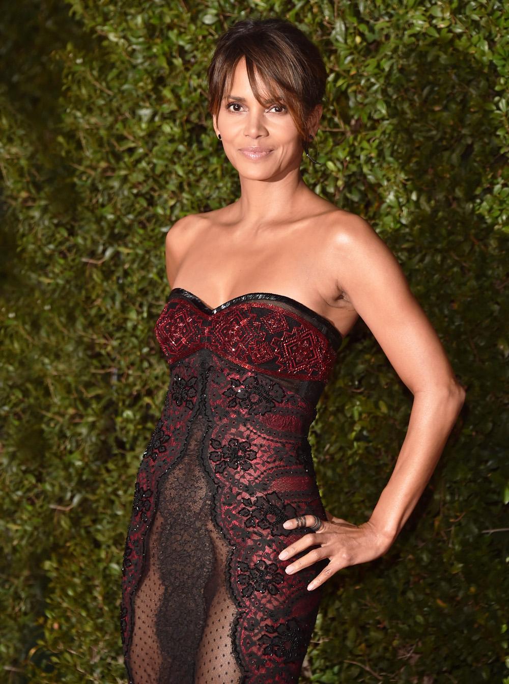 В 51 как ягодка: смелый выход Холли Берри в платье без белья
