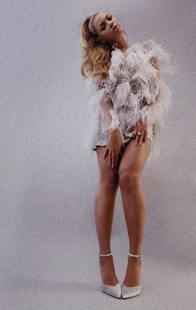 Больше перьев: новый неожиданный образ Бейонсе в платье Nina Ricci