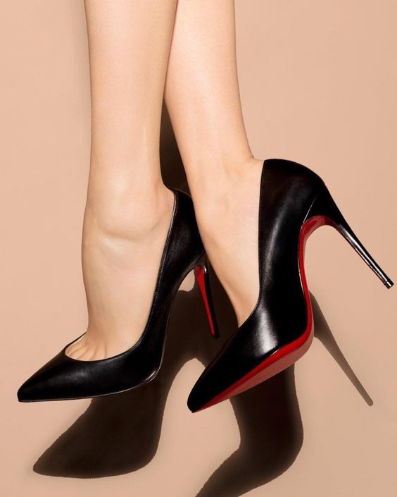 Женщины отказываются от туфель на каблуках в пользу кроссовок. Уже не модно!