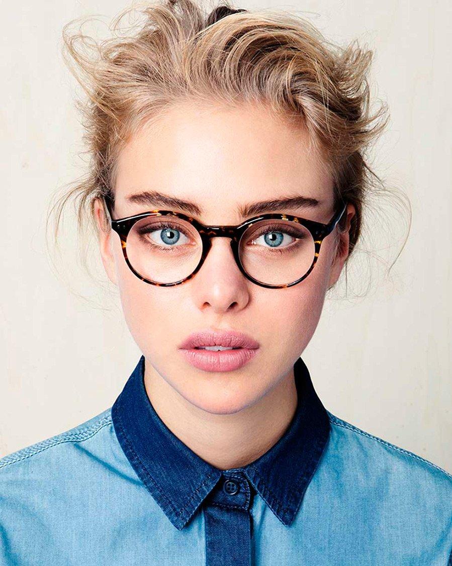 За стеклом: 8 золотых правил макияжа для тех, кто носит очки