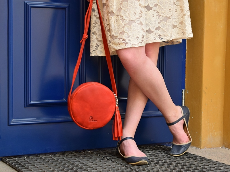 Всем кругам круг: как носить самую модную сумку этого лета