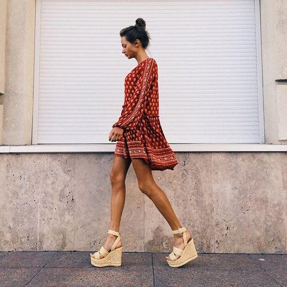 Танкетка — всему голова: 14 красивых образов с самой летней обувью