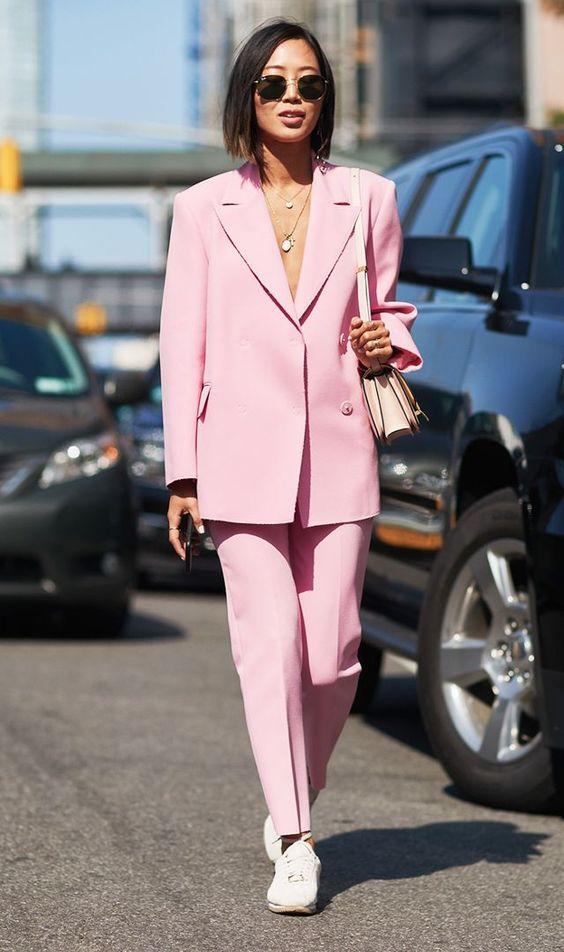 Эти 8 образов докажут вам, розовый костюм — это стильно, элегантно, современно