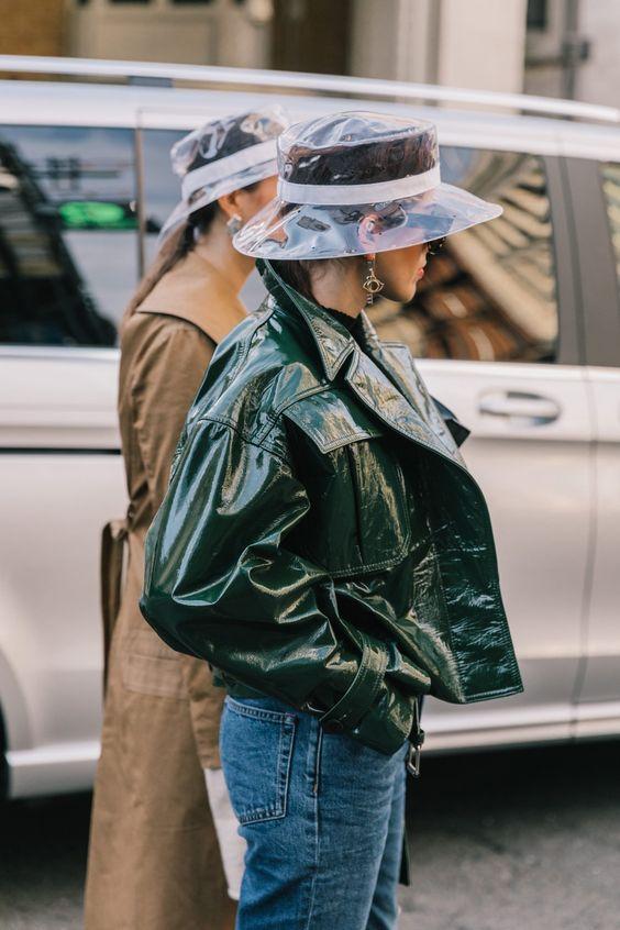 Соломенная шляпа, козырек и пластик — 5 самых модных головных уборов этого лета