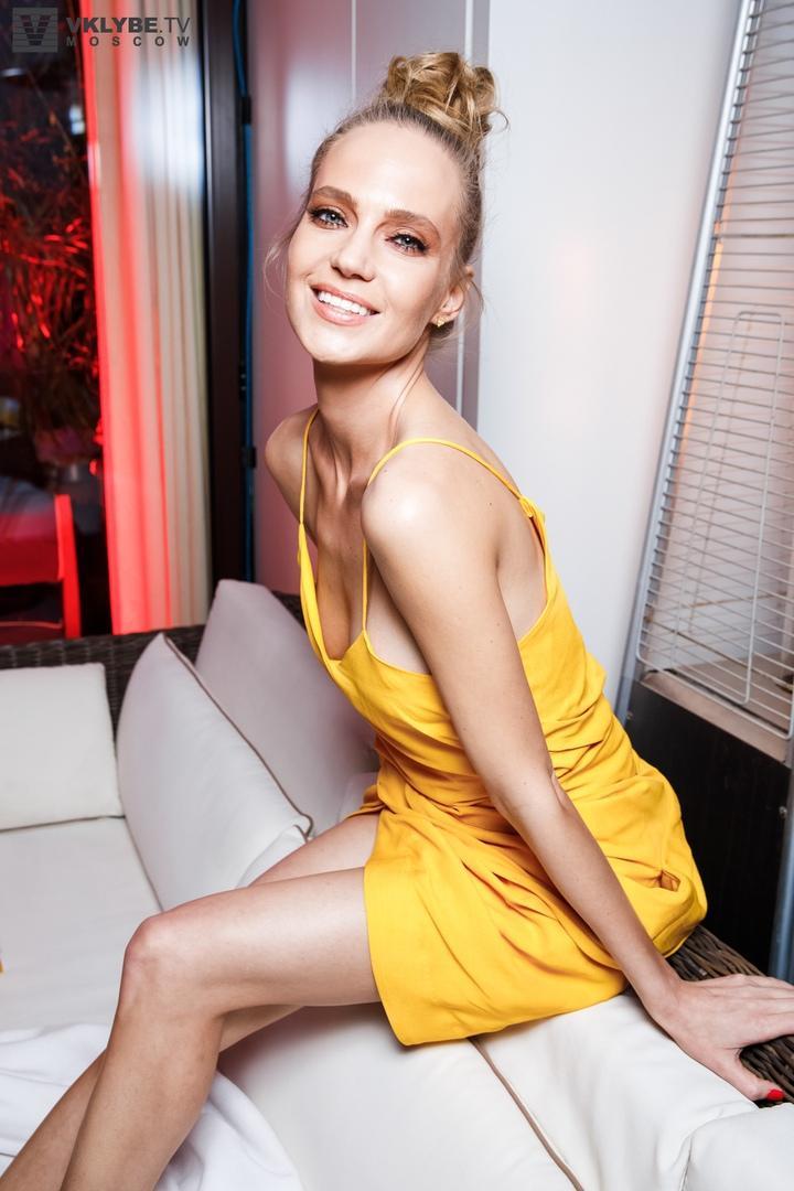 Новая русская икона стиля показала, как нужно носить желтый этим летом