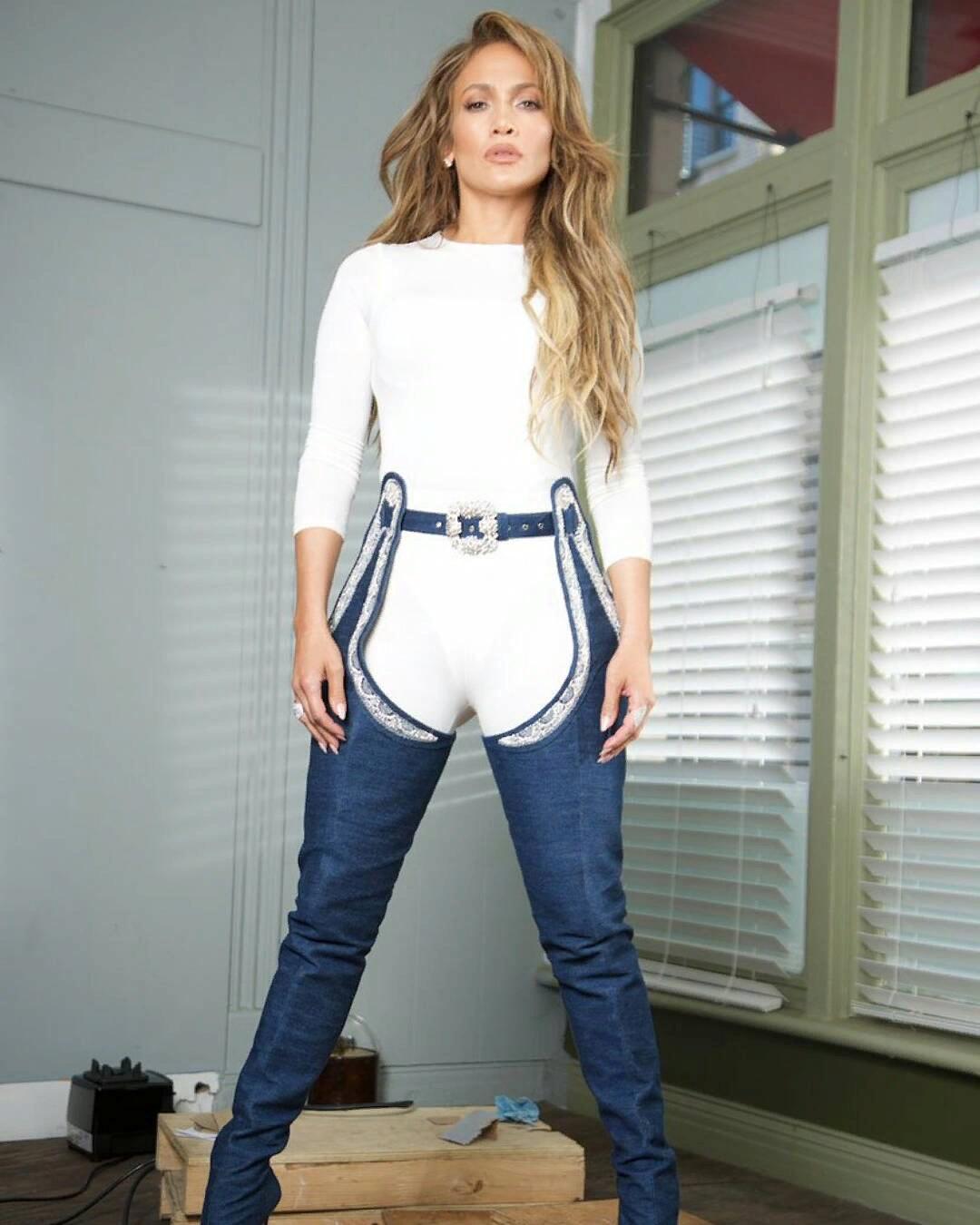 Сапоги или спущенные джинсы? Откровенный образ Джей Ло бурно обсуждают в соцсетях
