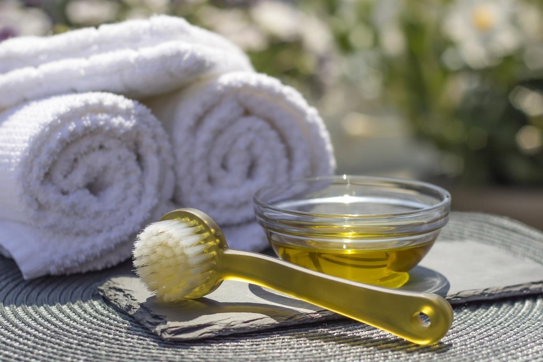 Это масло из аптеки легко заменит дорогую косметику для волос и кожи