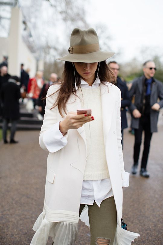 А что на голову: 19 модных шапок, которые стоит носить этой зимой