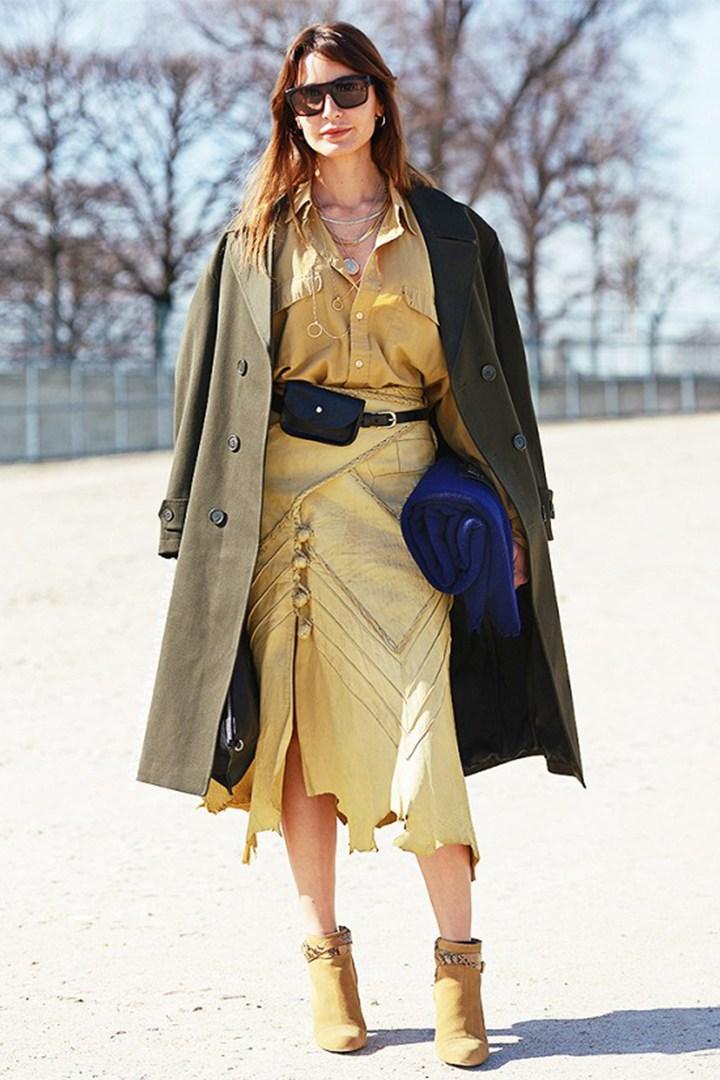 Поясная сумка: 11 идей, как сейчас носить модный тренд из 90-х
