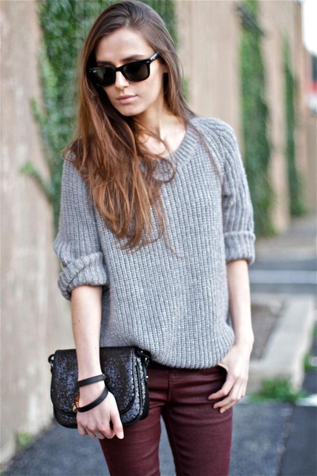 Как быть яркой в сером: 13 стильных образов со свитером