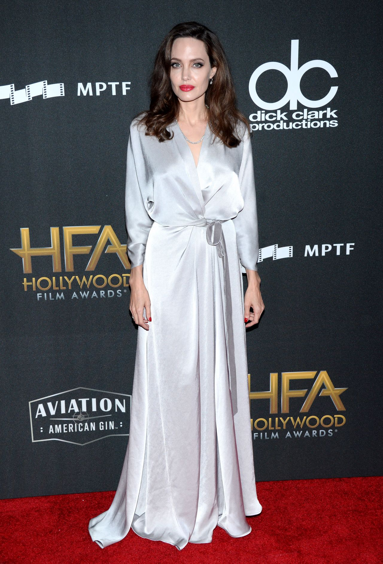 Слишком фривольно: образ А. Джоли в халате и без белья - удивил фанатов