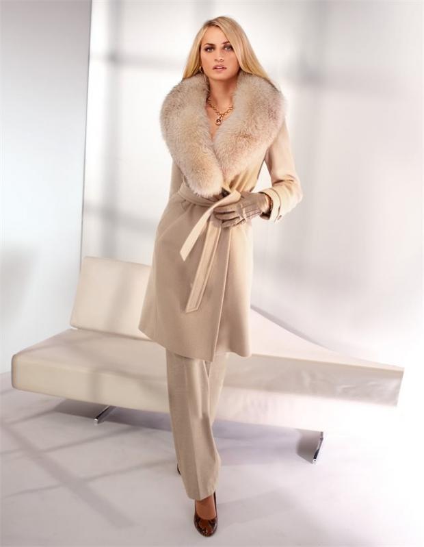 Леди в мехах: 10 элегантных пальто с меховым акцентом