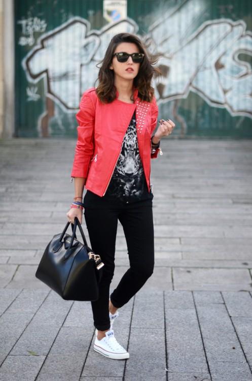 Красная куртка: 8 способов, как приручить брутальную косуху