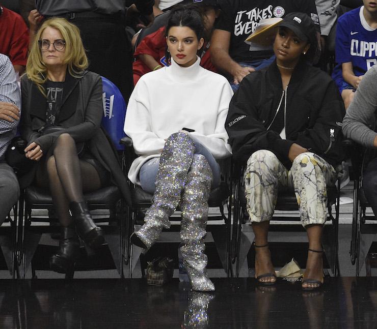 Кендалл Дженнер сверкнула сапогами от Saint Laurent за $10.000