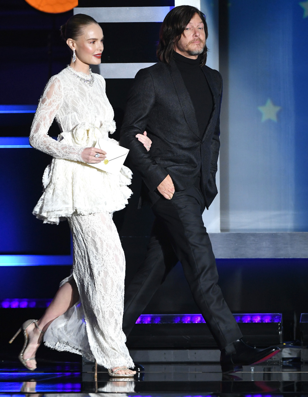 Вся в белом: А. Джоли блеснула эффектным нарядом на Critics' Choice Awards