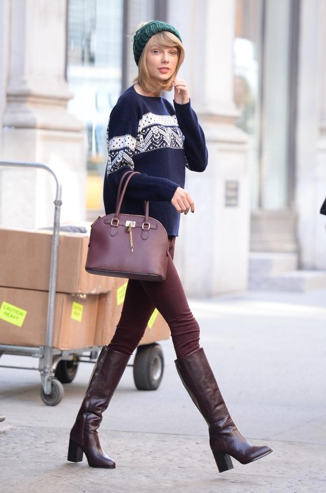 Тепло и стильно: 6 модных образов со свитерами