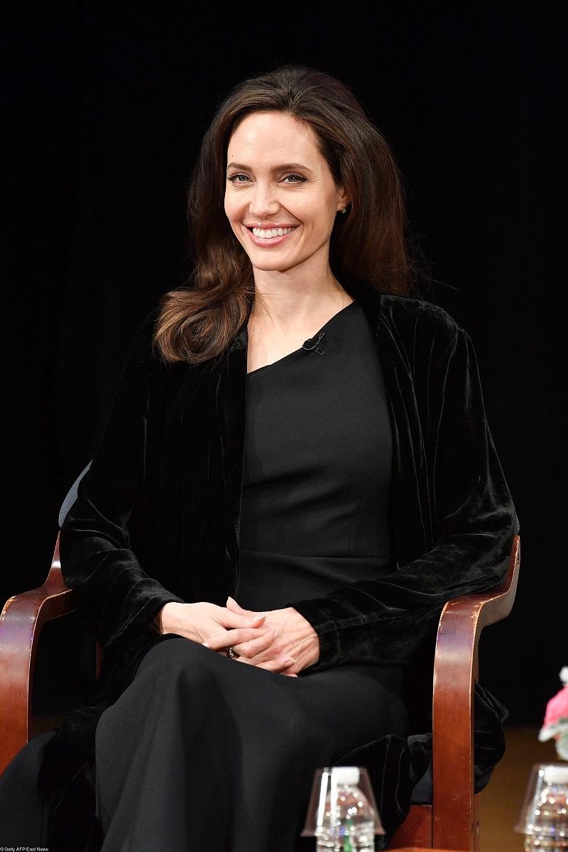 Икона стиля вернулась: 15 самых эффектных выходов Анжелины Джоли за год