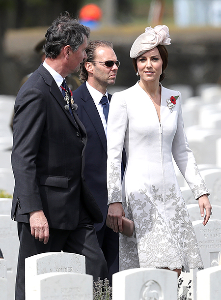Из королевской казны: ТОП-20 самых дорогих нарядов Кейт Миддлтон в 2017
