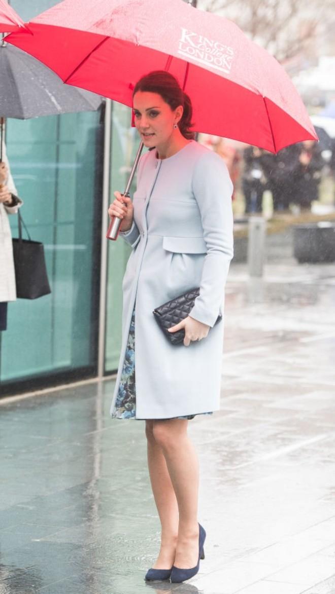 Кейт Миддлтон в голубом платье украсила дождливый день в Лондоне