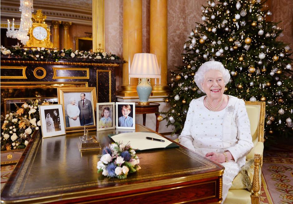 Королевский пример: образы Елизаветы II на Рождество 2018. Очень стильно!