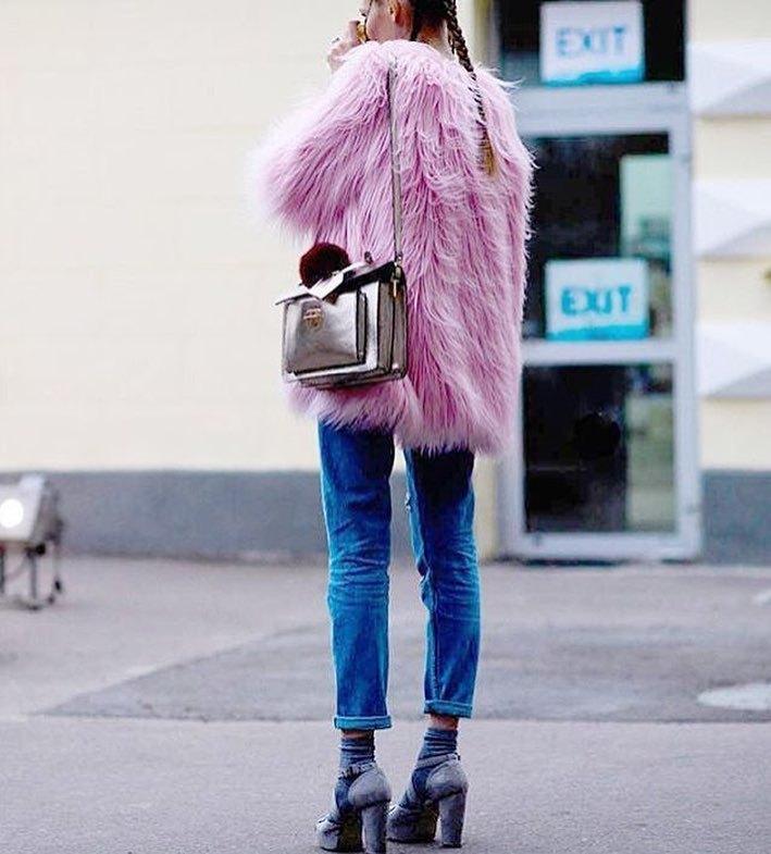 Не хочу быть скучной: 15 необычных, но модных шуб для этой зимы