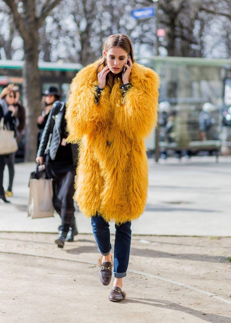 Желтый снова в тренде: 5 примеров, как носить модный цвет зимой