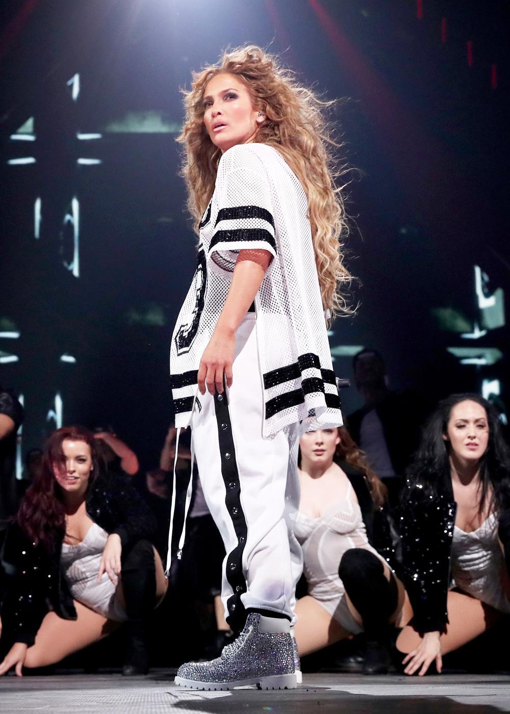 Осторожно, взрывоопасно! Дженнифер Лопес в откровенных нарядах на шоу в Миннесоте