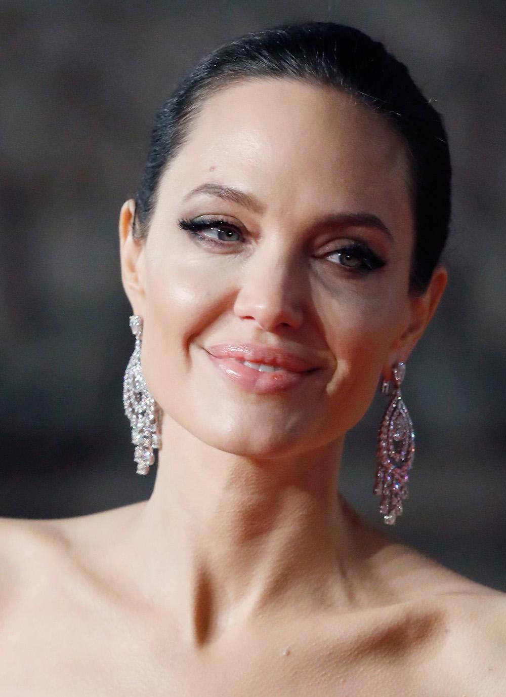 Не опять, а снова: Анжелина Джоли в королевском черном бархате на BAFTA 2018