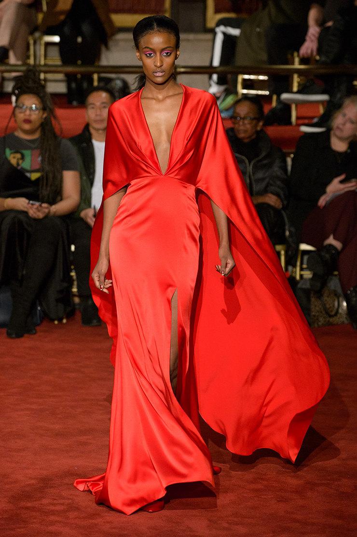 Бессмертный тренд: 25 платьев с недели моды, которые вывели красный на новый уровень