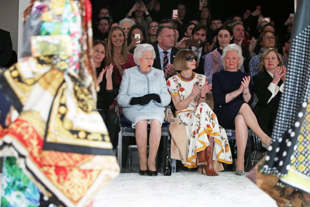 Еще в строю: неожиданный визит королевы Елизаветы II на модном показе