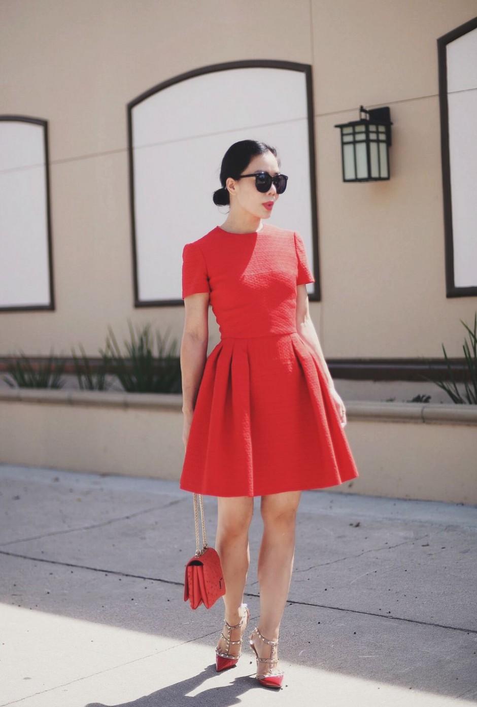 Дорого и со вкусом: 18 стильных образов с акцентом на красные туфли