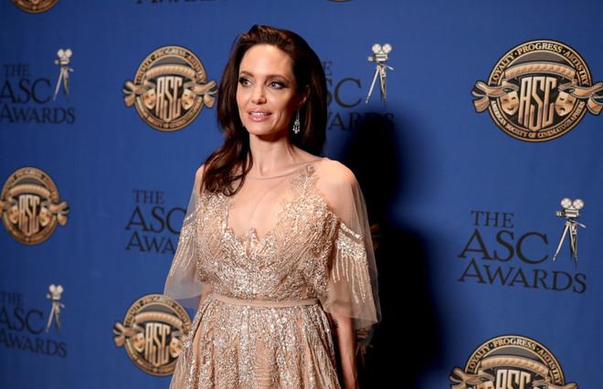 Вся в серебре: Анджелина Джоли дебютировала как режиссер в платье от Elie Saab