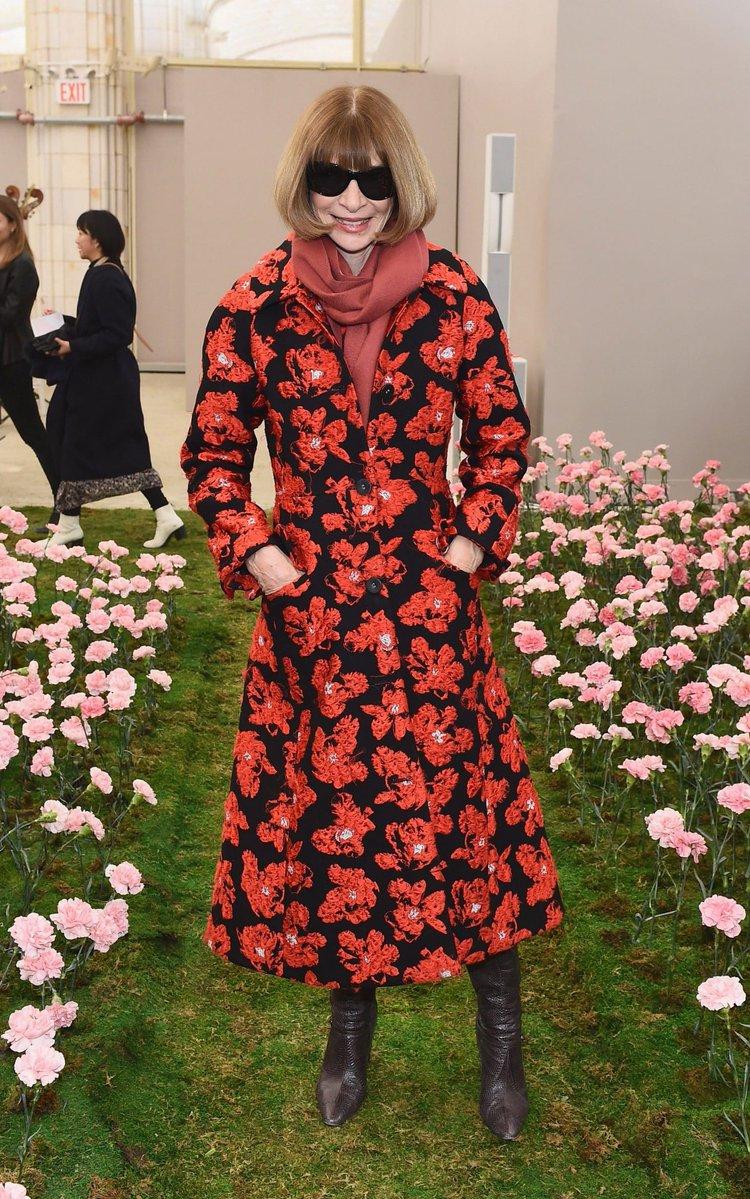 Неделя моды в NY: Джулиана Мур и Сиенна Миллер доказали, что атлас — это красиво