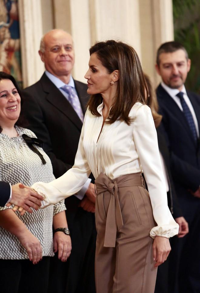 Эталон элегантности: Королева Летиция удивила безупречным образом