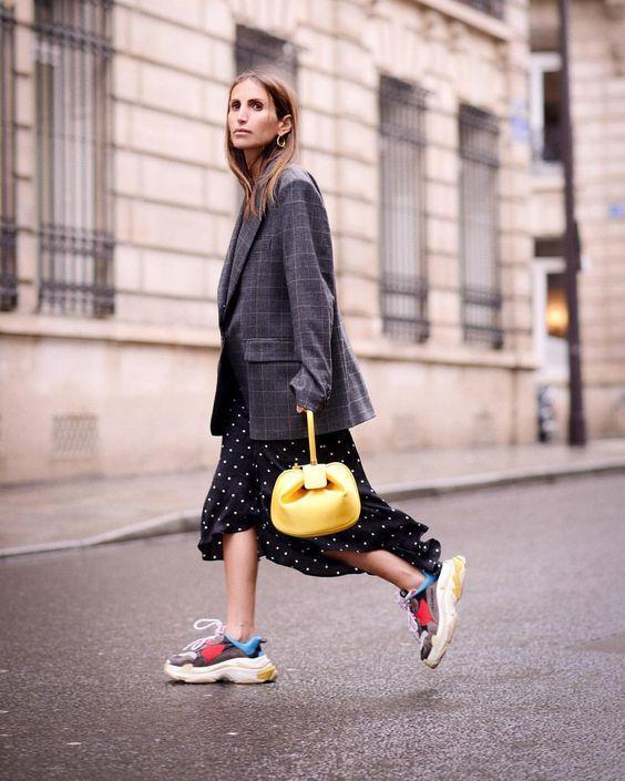 Главный обувной тренд весны: 7 образов с уродливыми кроссовками