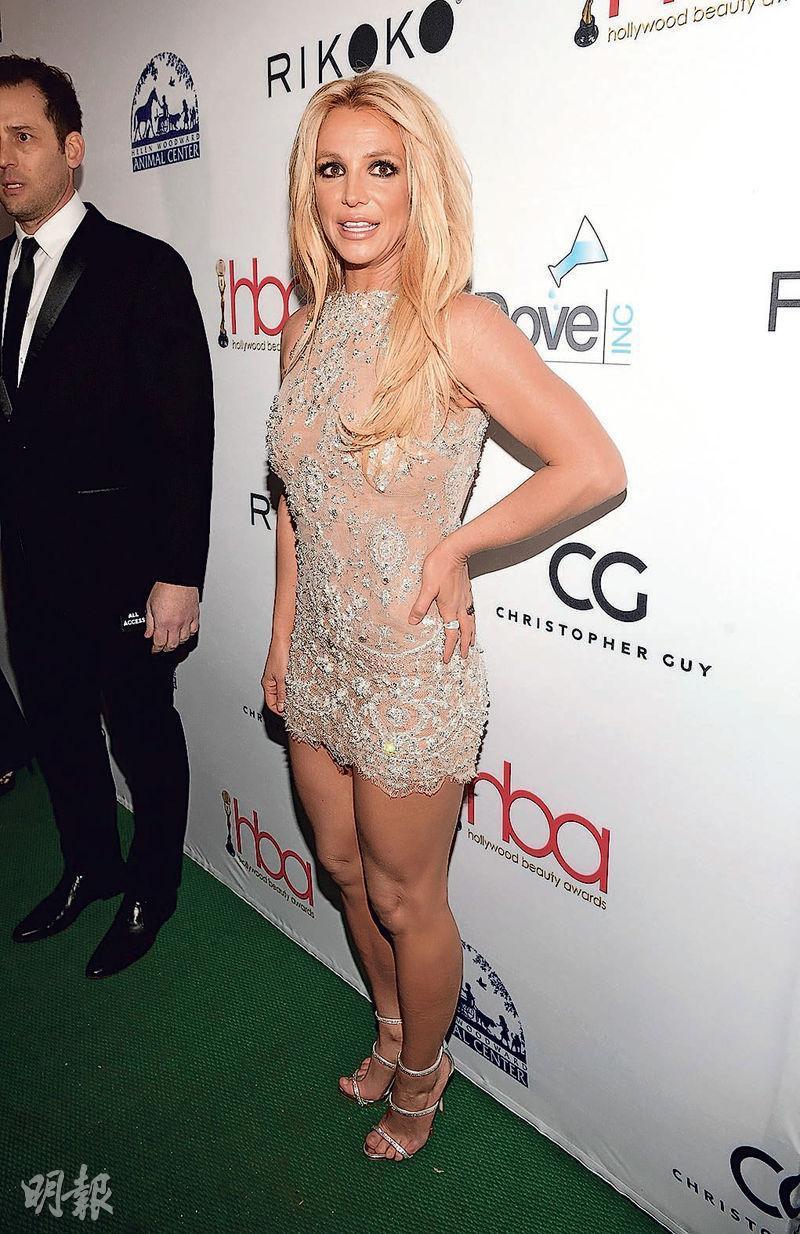 Коротко и ясно: Бритни Спирс в обтягивающем мини на церемонии в Голливуде