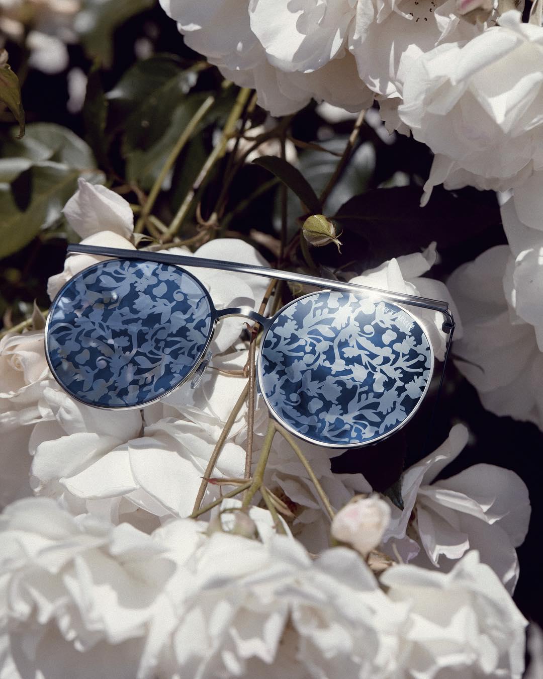 Giorgio Armani запустили коллекцию очков с цветами на стеклах. И это что-то!