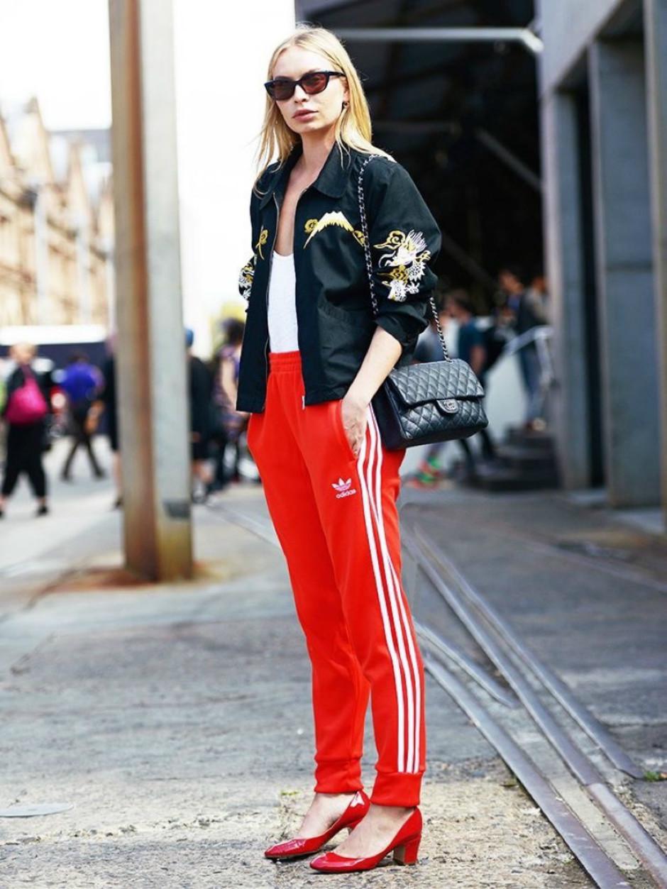 7 стильных образов, где брюки с лампасами играют главную роль