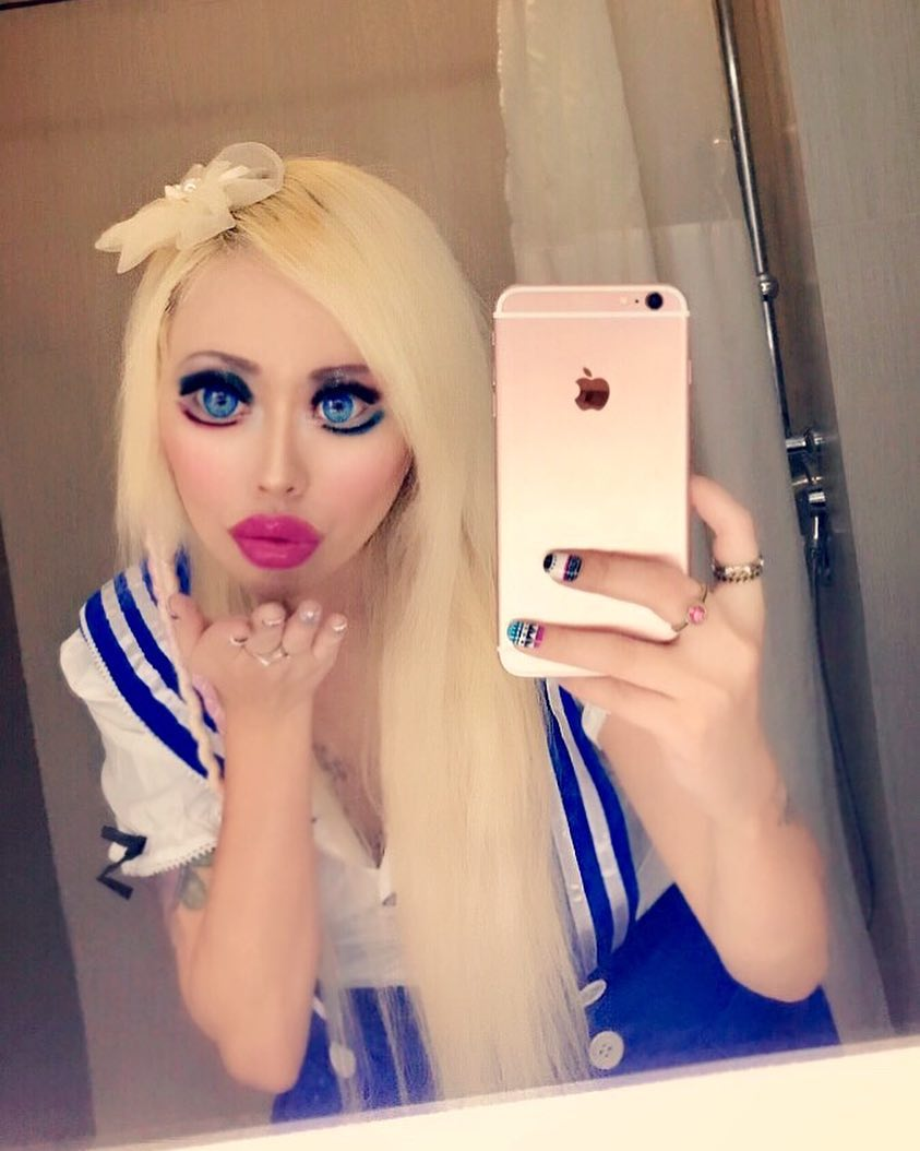 Ради сходства с Барби — девушка из США разрезала глаза и потратила 35,000 на пластику
