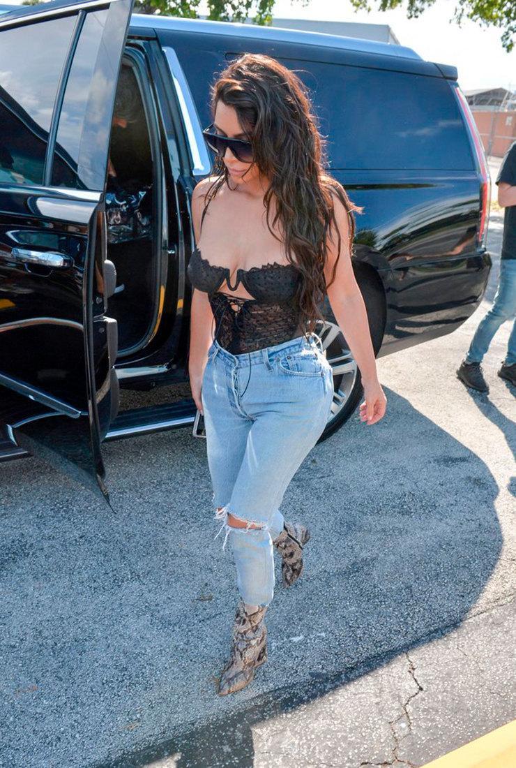 Как носить кружевной топ с джинсами и брюками в стиле Кардашьян