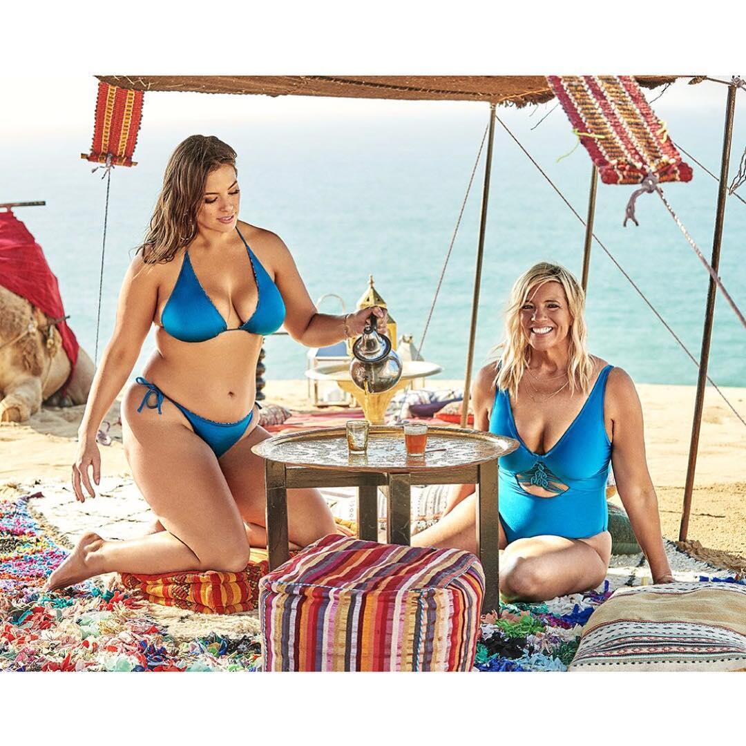 Мама Эшли Грэм снялась в рекламе купальников. Ей 53, но получилось неплохо!