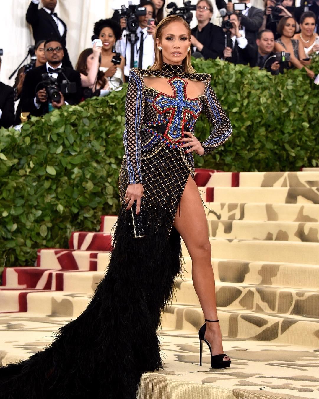Люрекс, перья, каблуки — почему все говорят об образе Джей Ло на Met Gala 2018