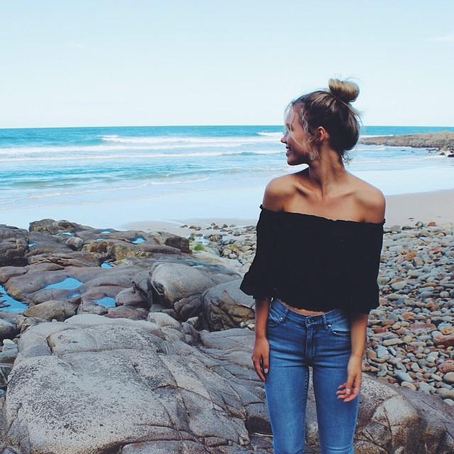 Любимица стилистов — блуза с открытыми плечами: 12 образов на каждый день