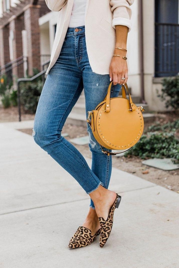 С чем носить обувь на плоской подошве: 5 идей для вечно бегущих женщин