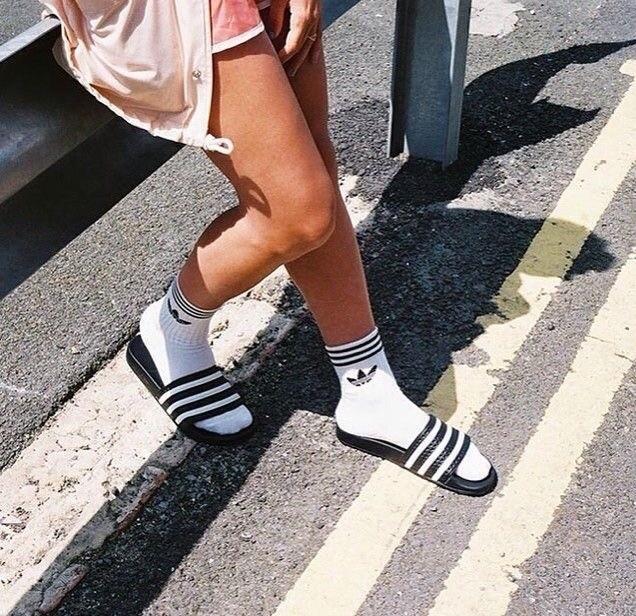 Слайдеры — странный тренд этого лета, от которого без ума модницы со всего мира