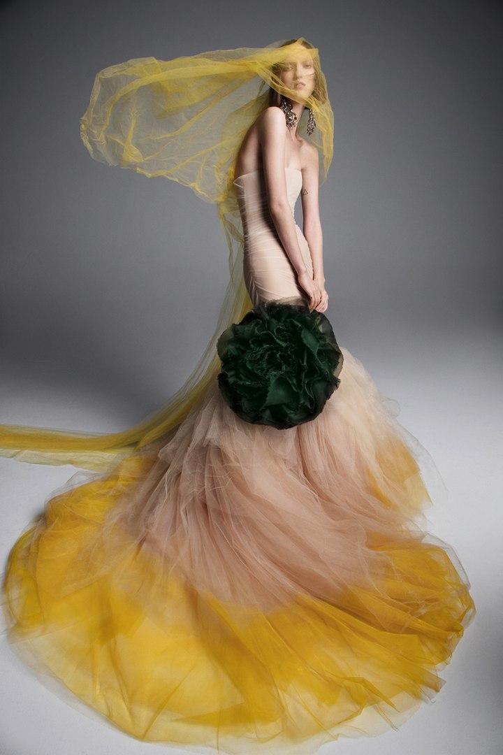 Белый — не панацея: 8 удивительных свадебных платьев от Vera Wang