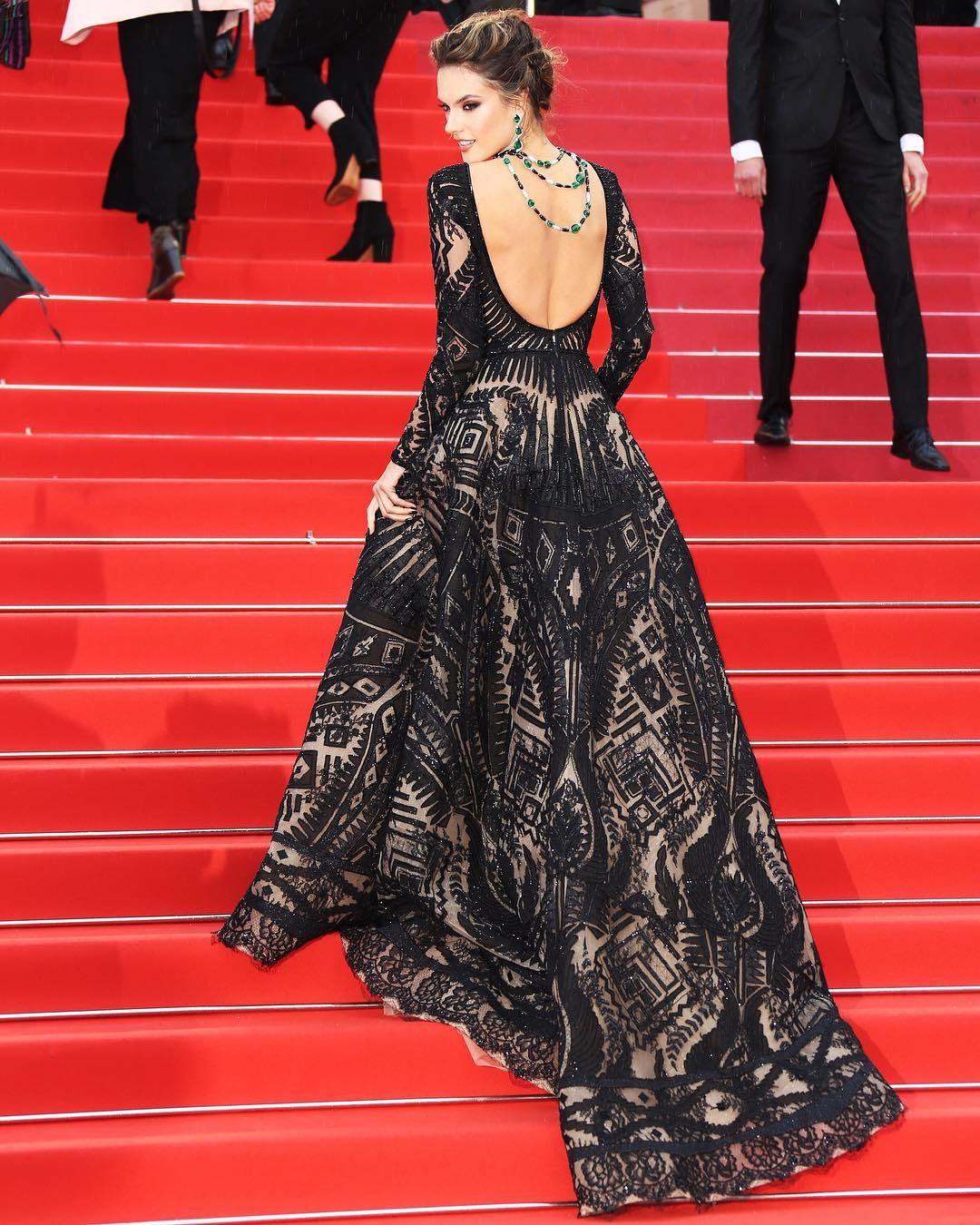 Восхищать — ее призвание: 5 потрясающих образов Алессандры Амбросио на Каннском фестивале 2018