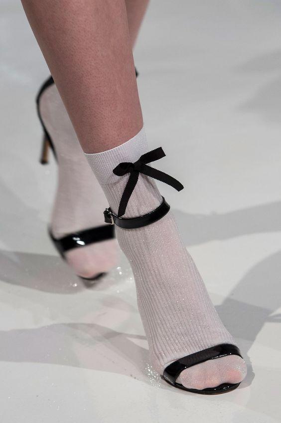 Яркие носки под босоножками: модный тренд или страшная безвкусица?