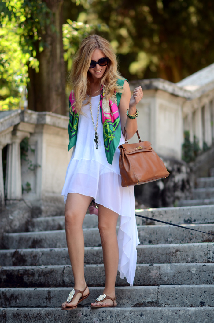 12 стильных примеров, как носить шейный платок и оставаться в тренде
