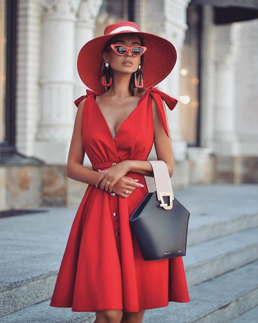 В шляпе, платье и цвете: 9 восхитительных образов для летних прогулок
